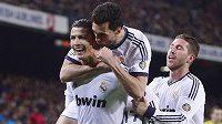 Cristiano Ronaldo z Realu Madrid (první zleva) se raduje ze vstřelení gólu do sítě Barcelony. Vpravo Sergio Ramos, uprostřed Alvaro Arbeloa.