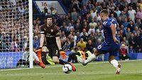 Brankář Arsenalu Petr Čech chytil velkou šanci Edena Hazarda z Chelsea.