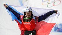 Snowboardistka Eva Samková se raduje ze své zlaté olympijské medaile.