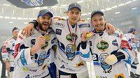 Takhle slavili hokejisté Brna mistrovský titul v minulé sezóně. Kdo zvedne pohár v té nastávající?