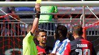 Ghanský fotbalista Sulley Muntari z Pescary si nezahraje jeden zápas italské ligy za předčasný odchod ze hřiště kvůli rasistickým pokřikům domácích fanoušků v nedělním duelu v Cagliari.