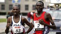 Sammy Korir (vlevo) společně s Paulem Tergatem na trati berlínského maratonu