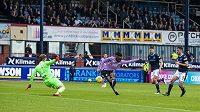 Fotbalista Glasgow Rangers Aribo (ve fialovém) střílí jediný gól zápasu obhájce titulu na hřišti FC Dundee.