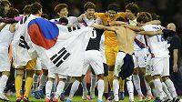 Korejští fotbalisté oslavují zisk olympijského bronzu.