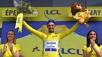 Julian Alaphilippe na stupních vítězů ve žlutém trikotu po dojezdu třetí etapy Tour de France.