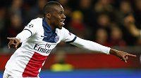 Blaise Matuidi z Paris St. Germain oslavuje svoji trefu v utkání Ligy mistrů proti Leverkusenu.