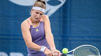 Karolína Muchová během zápasu s Barborou Strýcovou v rámci tenisového turnaje v Praze.