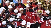 Kapitán Kanady Sidney Crosby přiváží svým spoluhráčům pohár pro mistry světa.