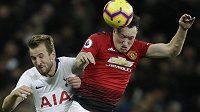 Kanonýr Tottenhamu Harry Kane (vlevo) v souboji s Philem Jonesem z Manchesteru United.