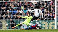 Liverpoolský Mohamed Salah dává rozhodující gól proti Crystal Palace.