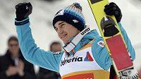 Polský skokan na lyžích Kamil Stoch se raduje z vítězství v závodu SP v Engelbergu.