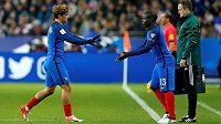N'golo Kante (vpravo) ve francouzském dresu nahrazuje v utkáhní se Švédy v kvalifikaci MS Antoina Griezmanna.