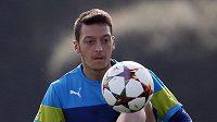 Záložník Arsenalu a německé reprezentace Mesut Özil.