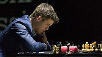 Nor Magnus Carlsen v utkání s Indem Višvánáthánem Ánandem.