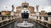 Pohár pro fotbalové mistry Evropy vystavený v italské metropoli.