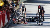 Němec John Degenkolb (vlevo) a Mark Cavendish při pádu ve 4. etapě Tour de France.