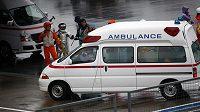 Sanitka odváží těžce zraněného Bianchiho.