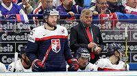 Slovenský hokejový reprezentant Marek Viedenský a trenér Vladimír Vůjtek během utkání s Dánskem.