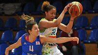 Brněnská basketbalistka Ashleigh Fontenetteová (vpravo) a Leonor Rodriguezová ze Salamanky v utkání 6. kola Evropské ligy.