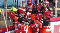 Hokejisté Hradce Králové se radují z gólu.
