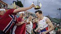 Vikingská oslava světového rekordu Karstena Warholma.