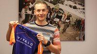 Biker Kristian Hynek s dresem týmu Vitalo Future Cycling, který založil.