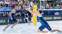 Čeští beachvolejbalisté Ondřej Perušič (vpravo) a David Schweiner ve finále turnaje J&T Banka Ostrava Beach v Ostravě.