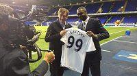 Bývalý fotbalista Tottenhamu Ledley King (vpravo) předává dres Wayneu Gretzkymu.