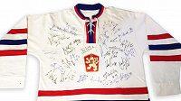 V dražbě je i replika dresu československé hokejové reprezentace z MS 1972 v Praze s podpisy současného výběru trenéra Růžičky.