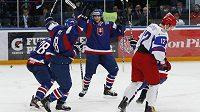 Slovenský hokejista Richard Mráz se raduje z gólu proti Rusku na MS do 20 let.