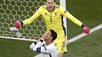 Portugalský kanonýr Cristiano Ronaldo se chytá za hlavu poté, co v první půli utkání s Maďarskem spálil jasnou šanci. Za ním brankář Peter Gulácsi.