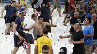 Střet fanoušků na stadiónu Velodrome v Marseille po zápase Anglie - Rusko.