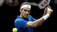 Švýcar Roger Federer z týmu Evropy v zápase s Australanem Nickem Kyrgiosem z výběru světa.
