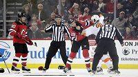 Travis Zajac z New Jersey Devils a český obránce Philadelphie Radko Gudas se do sebe pustili během utkání NHL. Bitku bedlivě sledují rozhodčí, fanoušci si rvačku natáčeli na mobilní telefony.