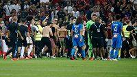 Divočina v Nice. Utkání francouzské fotbalové ligy Nice - Marseille se kvůli diváckým nepokojům nedohrálo. Do akce musela policie.