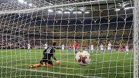 Constantin Budescu střílí z penalty úvodní gól domácích, plzeňský brankář Aleš Hruška je na kolenou.