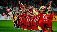Fotbalisté Bayeru Leverkusen před zápasem.