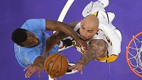 Basketbalista Los Angeles Clippers Jordan Hamilton (vlevo) a Robert Sacre z Los Angeles Lakers.