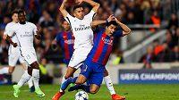 Barcelonský Luis Suárez padá, sudí proti PSG v utkání Ligy mistrů v sezoně 2016/17 nařídil penaltu.