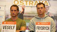 Čeští oštěpaři Vítězslav Veselý (vlevo) a Petr Frydrych na tiskové konferenci před atletickým mítinkem Zlatá tretra.