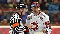 Hokejový útočník Ethan Werek z Třince hovoří s rozhodčím během utkání s Vítkovicemi.