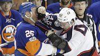 Jason Chimera z NY Islanders v bitce s Lukášem Sedlákem z Columbusu (vpravo). Kanaďan Čecha porazil.