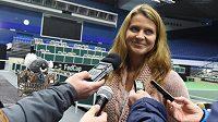 Lucie Šafářová při rozhovoru s novináři v Ostravě, vlevo vzadu je její pohár za vítězství ve čtyřhře na Australian Open.