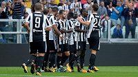 Fotbalisté Juventusu se radují po prvním gólu v utkání s Veronou.
