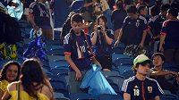 Japonci při úklidu odpadků.