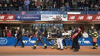 Záchranáři odváží jamajského atleta Kemoye Campbella do nemocnice poté, co zkolaboval během mítinku Millrose Games v New Yorku.