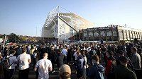 Fotbaloví fanoušci ae srocují před stadionem Leedsu a protestují proti založení Super ligy.