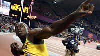 Proslavené triumfální gesto Usaina Bolta nemohlo po londýnské stovce chybět.