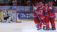Ruští hokejisté se radují z branky proti Německu. Vlevo zklamaný brankář Dimitrij Kotschnew.