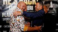 Tyson Fury (vlevo) a Sefer Seferi na tiskové konferenci před zápasem. V ringu asi tolik úsměvů nebude.